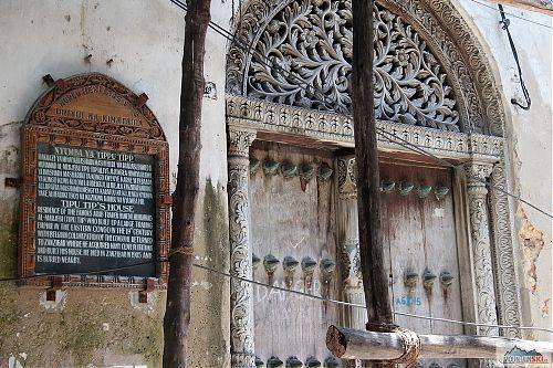 Jedna z mála fantastických věcí na Zanzibaru - vyřezávané a zdobené dveře a vrata