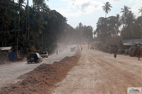 Oprava cesty na výjezdu ze Stone town do Paje - prach, prach, a zase prach