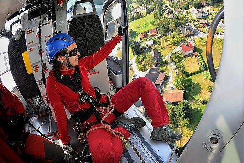 Ve vrtulníku DSA při cvičném záchranném letu. Foto: Jan Kostík