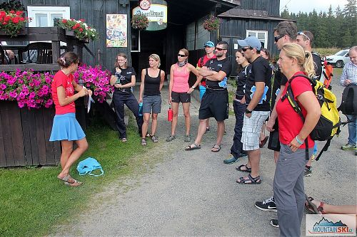 Instruktáž před odchodem na cvičné záchranné akce v okolí vrcholu Bukovec
