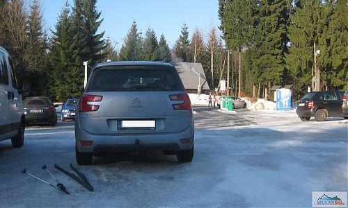 Parkoviště číslo 2 v Bedřichově - za 150 Kč na den většina plochy čistý led