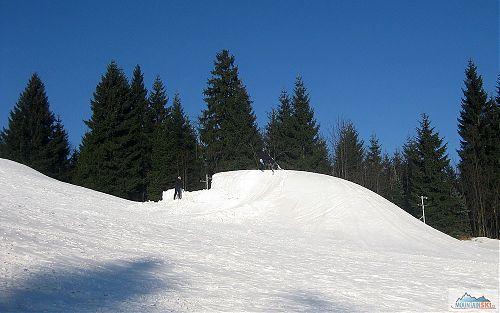 Na hromadách technického sněhu to vypadalo na hopsání freestylistů