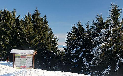 Výhled ze Stratence na Malou Fatru, turistický informační panel je dost pod sněhem