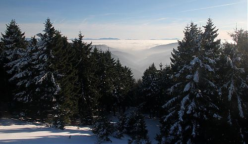 Na začátku doliny se inverzní mlha teprve vaří