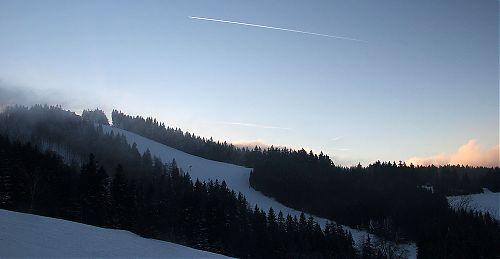 Nahoře chata Kohútka, pod ní hlavní lyžařský svah