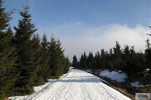Ve výšce přes osm set metrů na hřebenu Krušných hor - slunce se už dostalo skrz mraky
