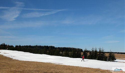 Běžkař u horské boudy Vitiška