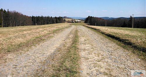 Tady je podklad ještě normální, bohužel blíže k Trojáku, a na druhou stranu od něj až po Bludný, je udělána nová asfaltová silnice
