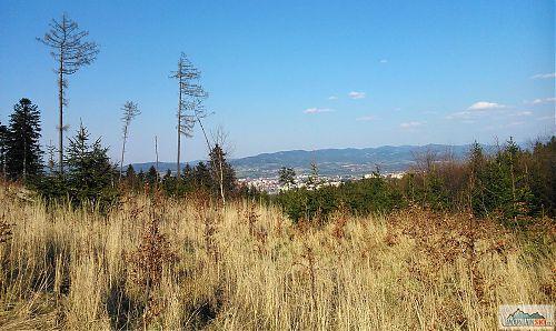 Výhled na Valašské Meziříčí při sjezdu do sedla po Píškovou