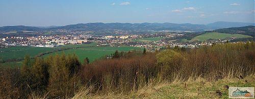 Výhled od Valašského Meziříčí po Radhošťský masív