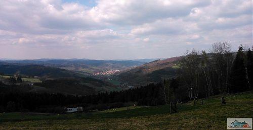 Výhled kousek od Žídkova buku na Valašskou Polanku a údolí Senice směrem ke Vsetínu