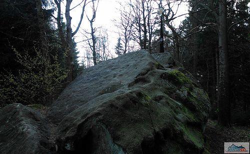 Skalka s křížem na vrcholu Klášťov