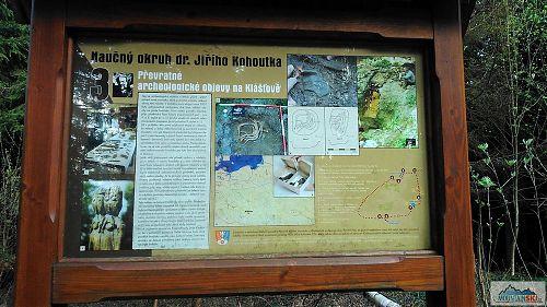 Mapy.cz i cykloserver.cz taktně mlčí o tomto naučném chodníku okolo vrcholu Klášťov