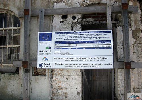 Dotační cedule EU na slunci také vyniká