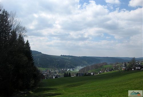 Podél lesa sjíždíme do vesnice Rittersgrünem