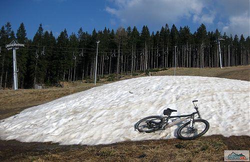 Na Plešivci zůstalo několik hromad technického sněhu