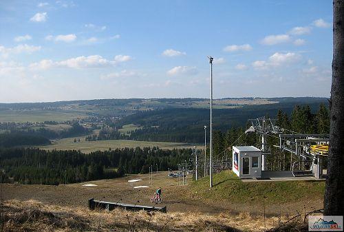 Výhled z Plešivce na čtyřsedačku s údajnou délkou 500 m - podle mapy.cz 360 m