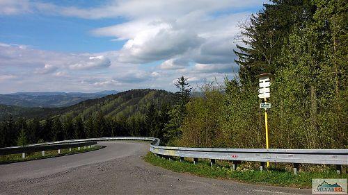 Pohled od rozcestí Pod Portášem do údolí