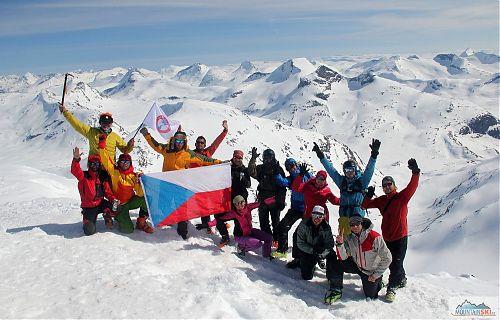 Asi třetina účastníků druhého československého firnového memoriálu na jednom z mnoha norských vrcholů