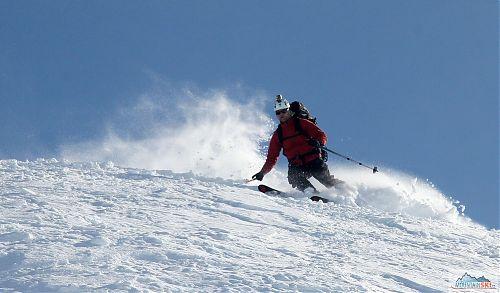 Bruder valí dole kopcom z jednoho z mnoha norských vrcholů