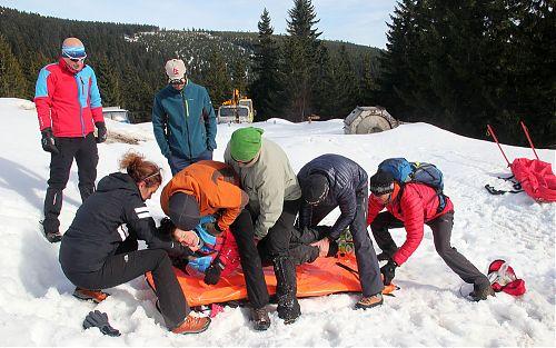 Přesun figurantky při záchranném workshopu na Kurzu horské medicíny
