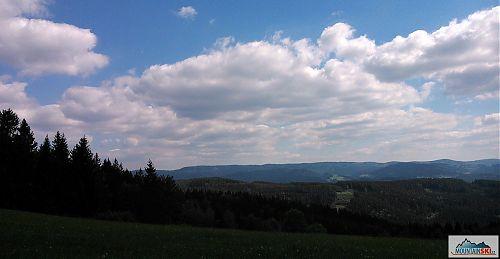 Výhled na hřeben Javorníků s minimálním převýšením v rámci celého hřebene