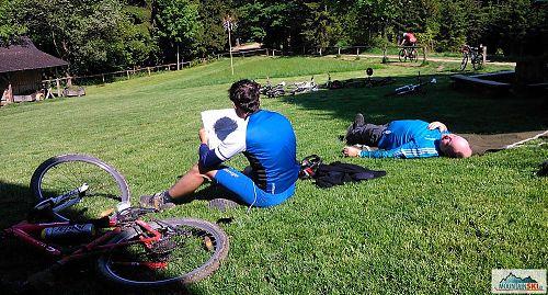 Ačkoliv je těsně po sobotním poledni, řada tzv. turistů už má u občerstvení v dřevěnici nedaleko sedla pod Kotlovou dost
