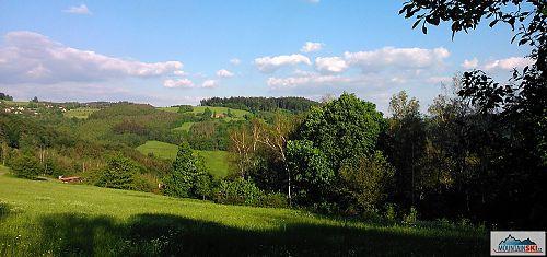 Ukázkový kopcovitý terén v oblasti Dušné