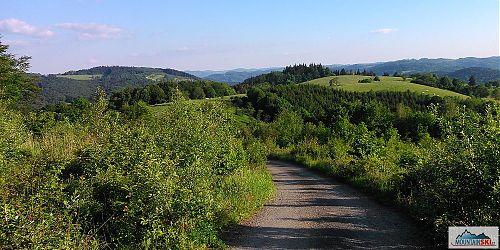 Začátek sjezdu z hřebene, v přímém směru leží za lesem Vsetín