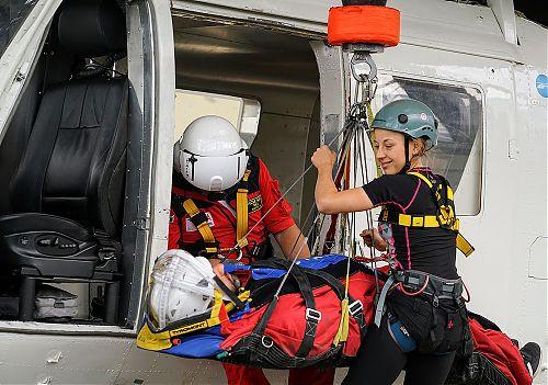 Nácvik s plnohodnotným simulátorem vrtulníku - všichni si vyzkoušeli vše, foto: Pavel Křička