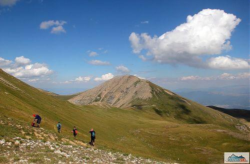 Sestup z Titova vrvu s výhledem na 2704 metrů vysoký Bakardan