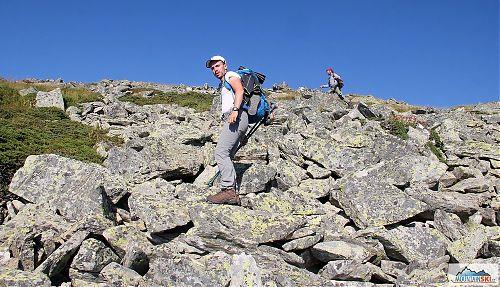 Při přechodu pohoří Pelister využíváme fakultativní trasy - tady část výstupu na vrchol Veternica (2420 m)