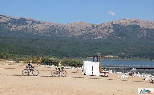 Na písečné pláži Velkého Prespanského jezera s koly