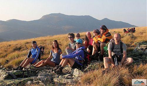 Genderově nevyvážená skupina v podvečerním světle na Veternici (2420 m), v pozadí je nejvyšší vrchol Pelisteru - 2601 metrů vysoká Baba