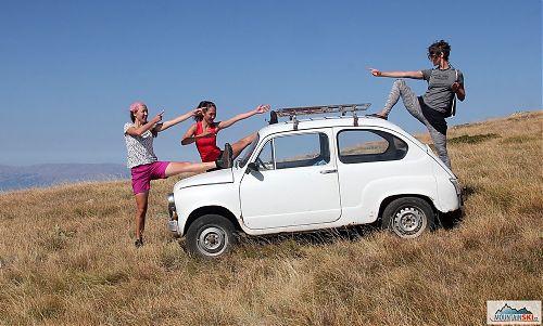Na fakultativním výletech jsou nejenom kopce, tady se jedná o jugoslávskou kopii Fiatu 500