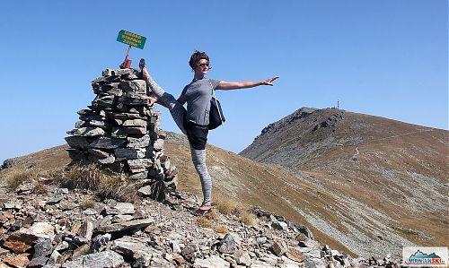Na vrcholu Široko Strapalo (2415 m) s výhledem na nedaleký nejvyšší vrchol Pelisteru