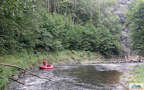 Zatímco účastníci lezli na Vodní bráně, vodní záchranáři byli připraveni se svým programem