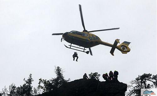 Spouštění záchranáře na via ferratu Vodní brána