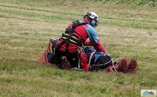 Po příletu na travnatou plochu je potřeba figuranta ještě vyprostit ze sítě