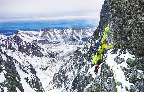 Jiří Švihálek s lyžemi black crows při vysokotatranském skialpinistickém přechodu New age