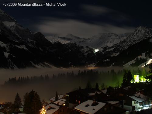 Výhled znašeho balkonu vnoci byl opravdu úchvatný, Švýcaři vpozadí osvětlují vodopád