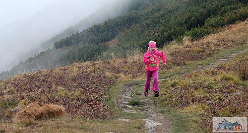Nad hranicí kosodřeviny lehce pofukovalo, což se hodilo pro poskakování a běhání