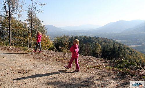 Vrstevnicová cesta kolem Kyčery s vyhlídkami na Skalku, Lysou Horu a mnohé další beskydské vrcholy