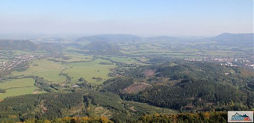 Z rozhledny na Velkém Javorníku jsou kromě hor také vidět následky intenzivní těžby dřeva