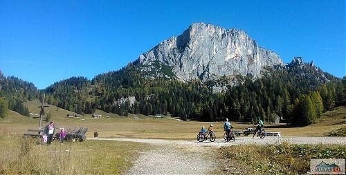 Kromě MTB trailů byly cyklisty využité i vysokohorské pláně, tady pod skalní stěnou Stubwieswipfelu (1786 m)