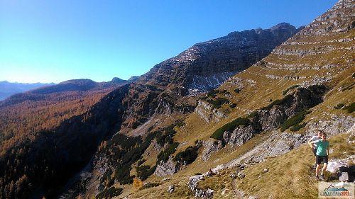 Pohled z horní části traverzu zpět - vpravo částečně vykukuje vrchol Warscheneck (2388 m)