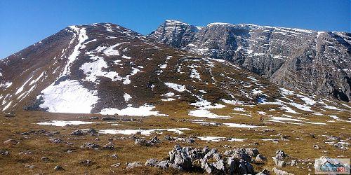 Sněhová pole mezi planinou Speikwiese a vrcholem Warscheneck (2388 m)
