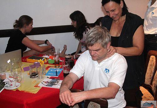 Večerní praktické workshopy byly věnovány hlavně kineziotejpingu, ale dostalo se i na klasické masáže