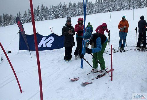 První závodnice prvního ročníku skialptlonových závodů právě odstartovala