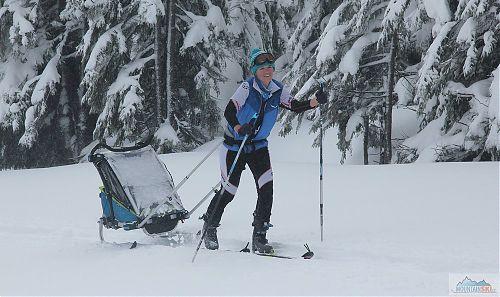 Vítězka Bára Veselá absolvovala závodní trať i s kočárkem na lyžích